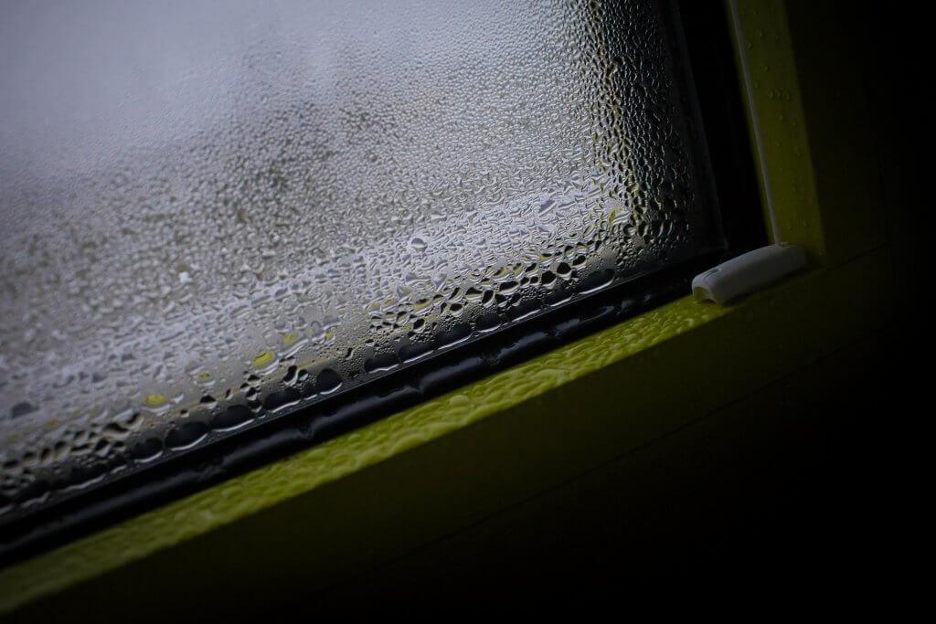 Nicht nur, aber oft im Keller: Wenn die Luft zu feucht ist, kondensiert Wasser an kühlen Oberflächen wie Wänden und Fenstern.